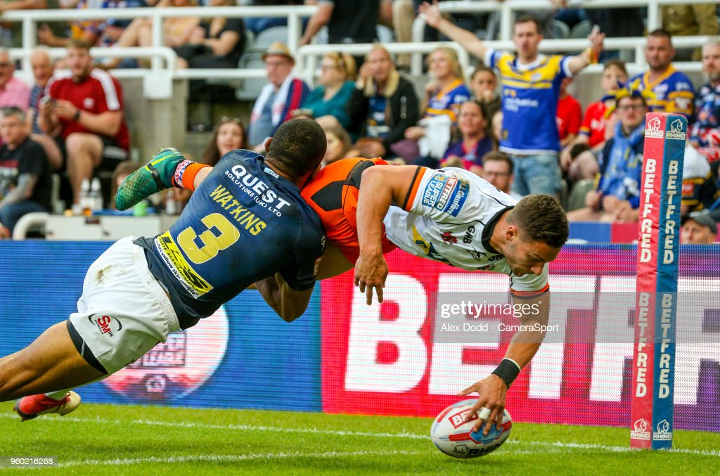 Castleford Tigers' Jv Hitchcox beats Leeds Rhinos' Kallum Watkins to score his side's first try during the Betfred Super League Round 15 match between Castleford Tigers and Leeds Rhinos at St James' Park on May 19, 2018 in Newcastle upon Tyne, England.