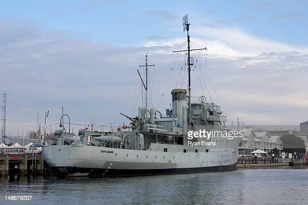 hmas castlemaine corvette class war ship at gem pier in williamstown. - 軍艦 ストックフォトと画像