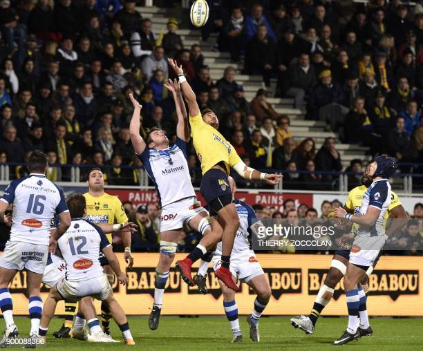 Castres' French flanker Anthony Jelonch and Clermont's Australian winger Peter Betham vie in the air during the French Union Rugby match ASM Clermont...