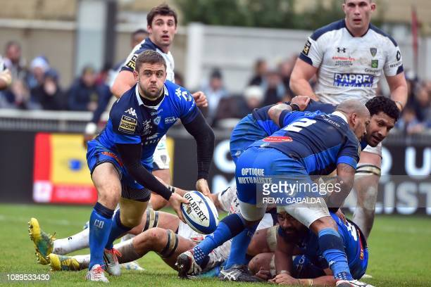 Castres' South African center Rory Kockott passes the ball during the French Top 14 rugby union match between Castres Olympique Rugby and ASM...