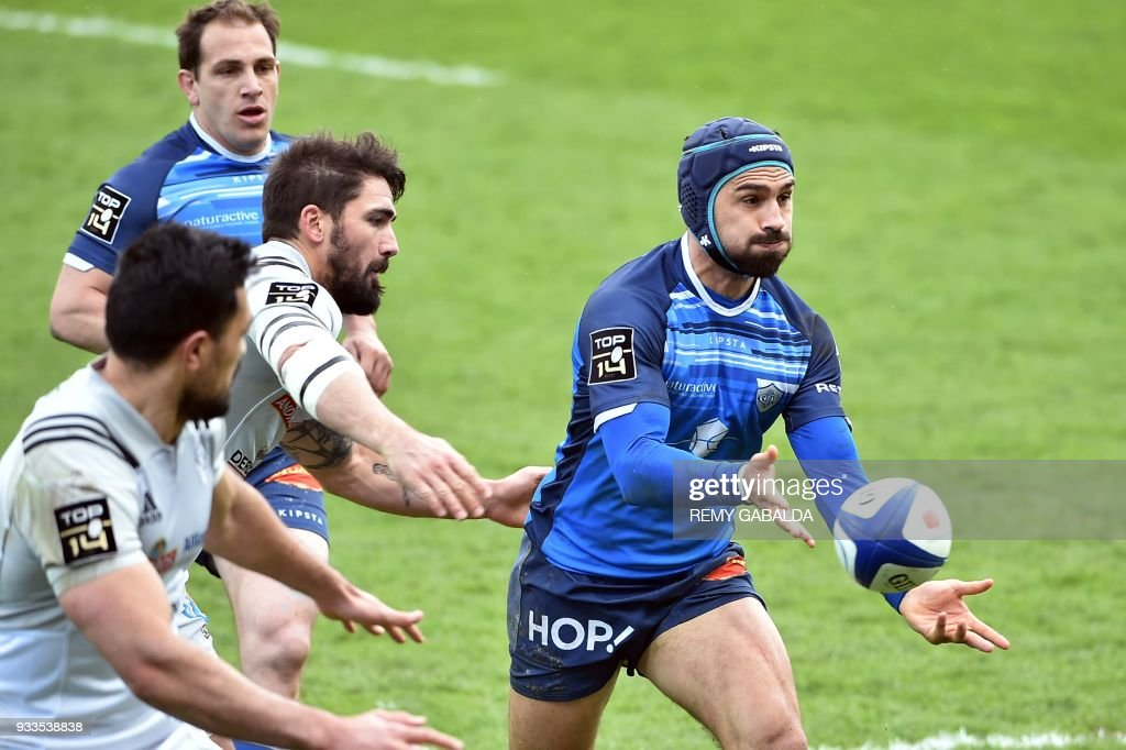 castres south african centre robert ebersohn r passes the ball