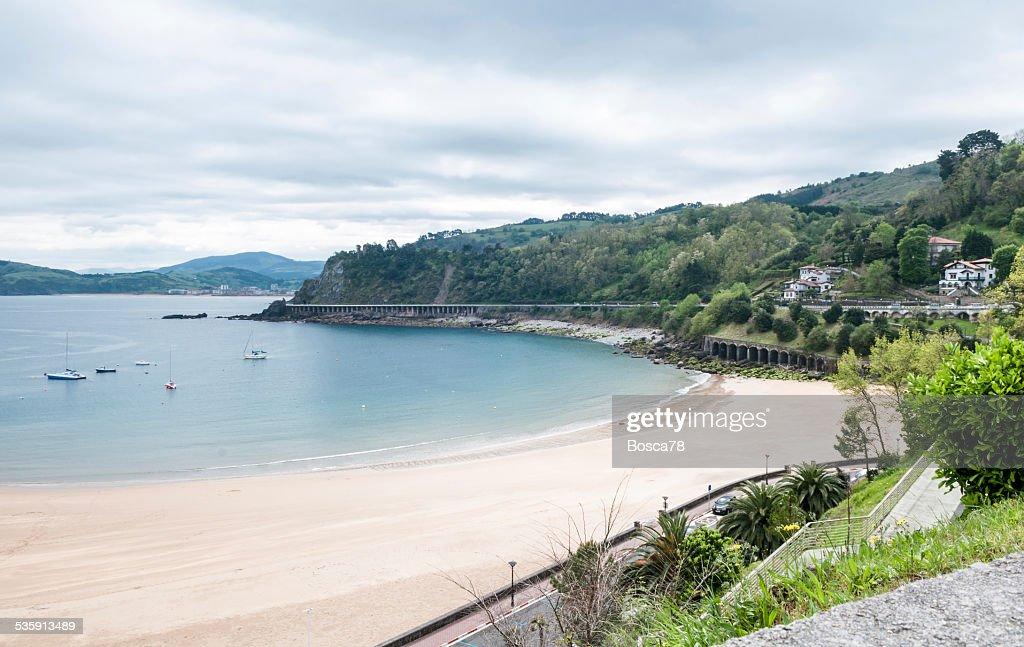 Castro Urdiale beach durante un día nublado resorte, comunidad autónoma de Cantabria, España : Foto de stock