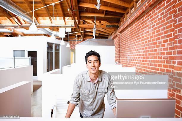 casual business man smiling in office space - pasadena - fotografias e filmes do acervo