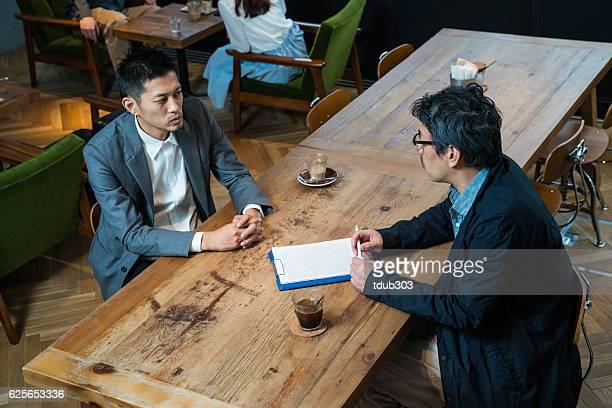 カジュアルなビジネスミーティングにはカフェには、大きなデジタルタブレット