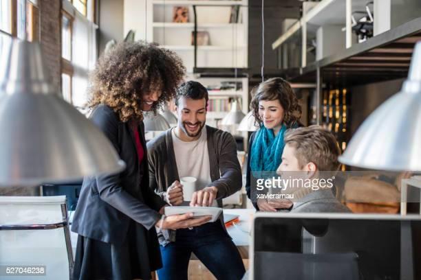 Casuais a falar de pessoas de negócios em reunião no escritório