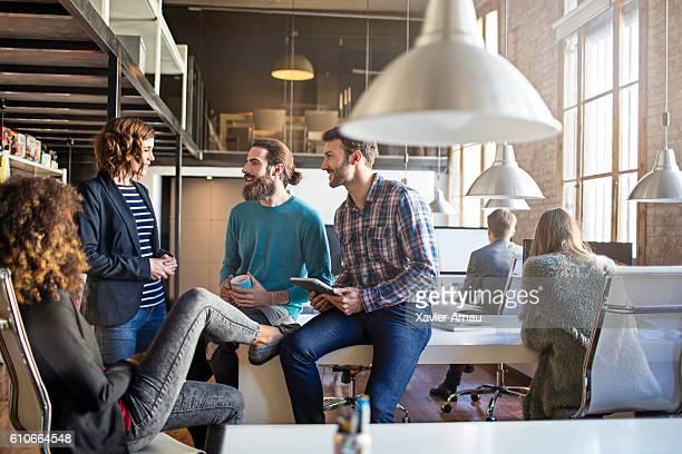 Décontracté gens d'affaires discutant au bureau