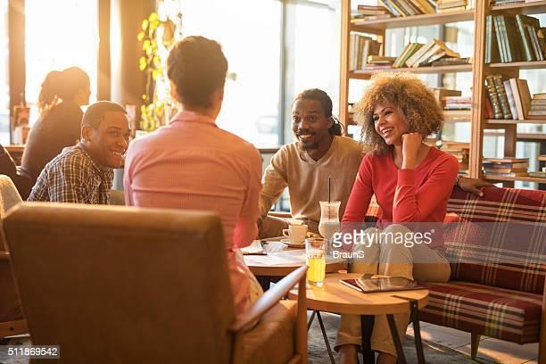 casuais pessoas de negócios, falando em um intervalo em um café. - pausa para o café - fotografias e filmes do acervo