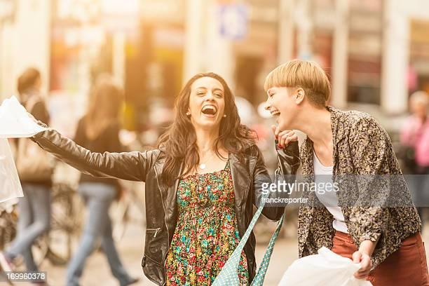 Lässig Freunde zu Fuß nach dem Einkaufen