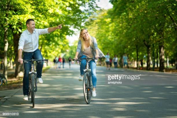 glückliche junge touristen paar radtouren durch gasse - wien stock-fotos und bilder
