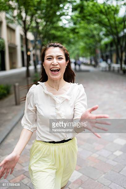 路上でカジュアルな日本の女性の肖像画 - 叫ぶ ストックフォトと画像