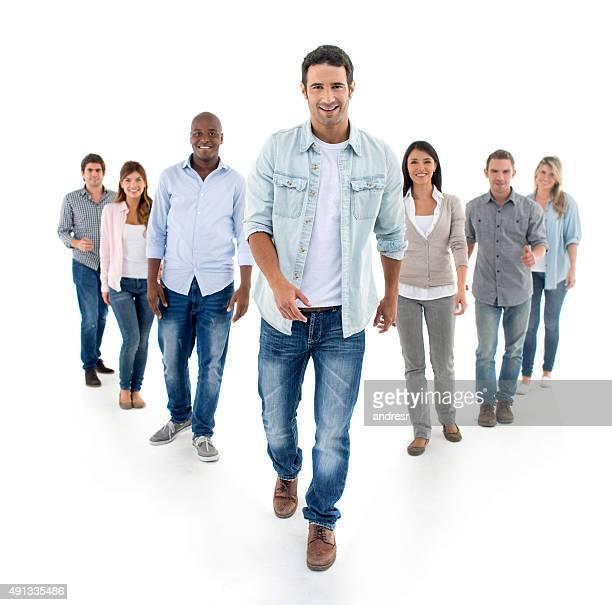 homem casual andando e liderando um grupo - grupo médio de pessoas - fotografias e filmes do acervo
