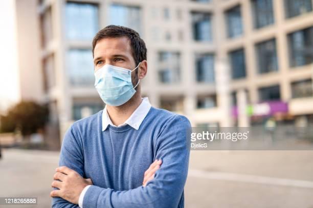 homem casual com uma máscara de proteção. - mascara - fotografias e filmes do acervo