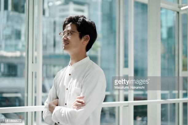 若いアジアのビジネスパーソンのカジュアルな肖像画 - カジュアルウェア ストックフォトと画像