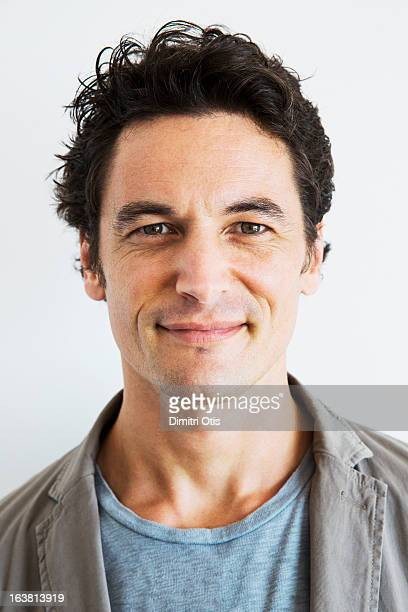 casual portrait of relaxed man, smiling - 35 39 jahre stock-fotos und bilder