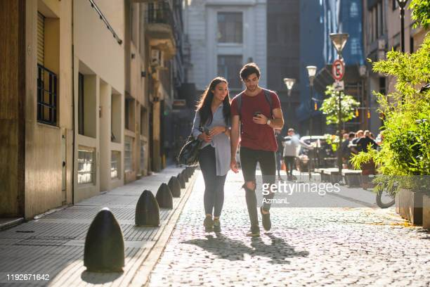ブエノスアイレスサイドストリートを歩くカジュアルな観光客 - 接近する ストックフォトと画像