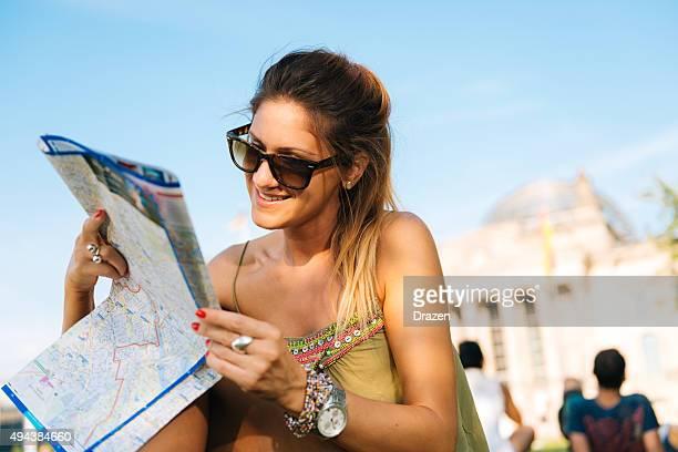 Legere Touristen mit Karte Bundestag- deutschen Parlament sitzen in der Nähe von