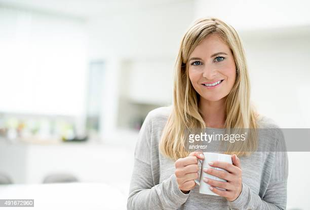 Casual donna bere il caffè a casa