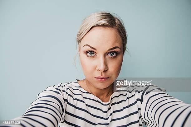 lässig frau, die ein selfie - selbstporträt stock-fotos und bilder