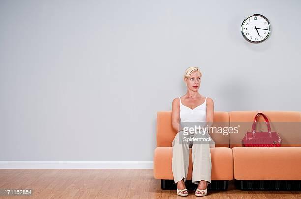 Casual femme dans la salle d'attente