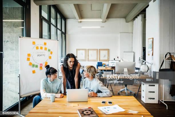 casual young businesswomen having a meeting with laptop - new business - fotografias e filmes do acervo