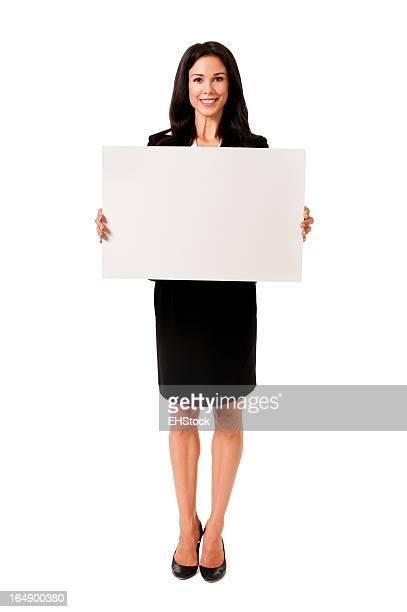Lässige junge Frau mit Schild, isoliert auf weißem Hintergrund