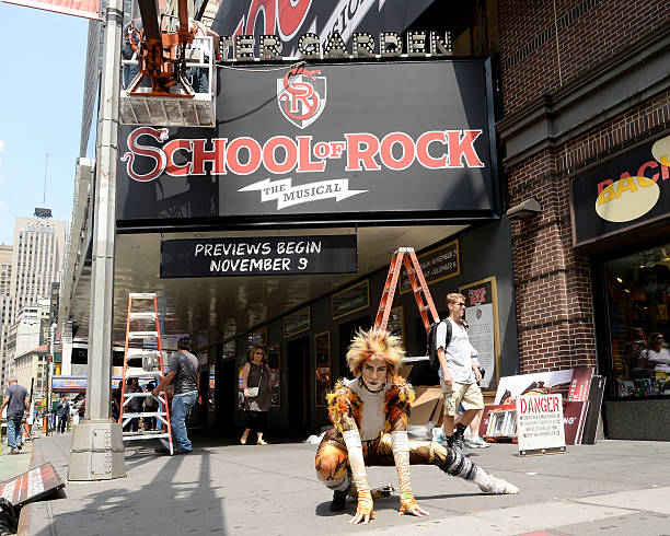 Fotos Und Bilder Von Cats Cat Reacts As School Of Rock Takes Over