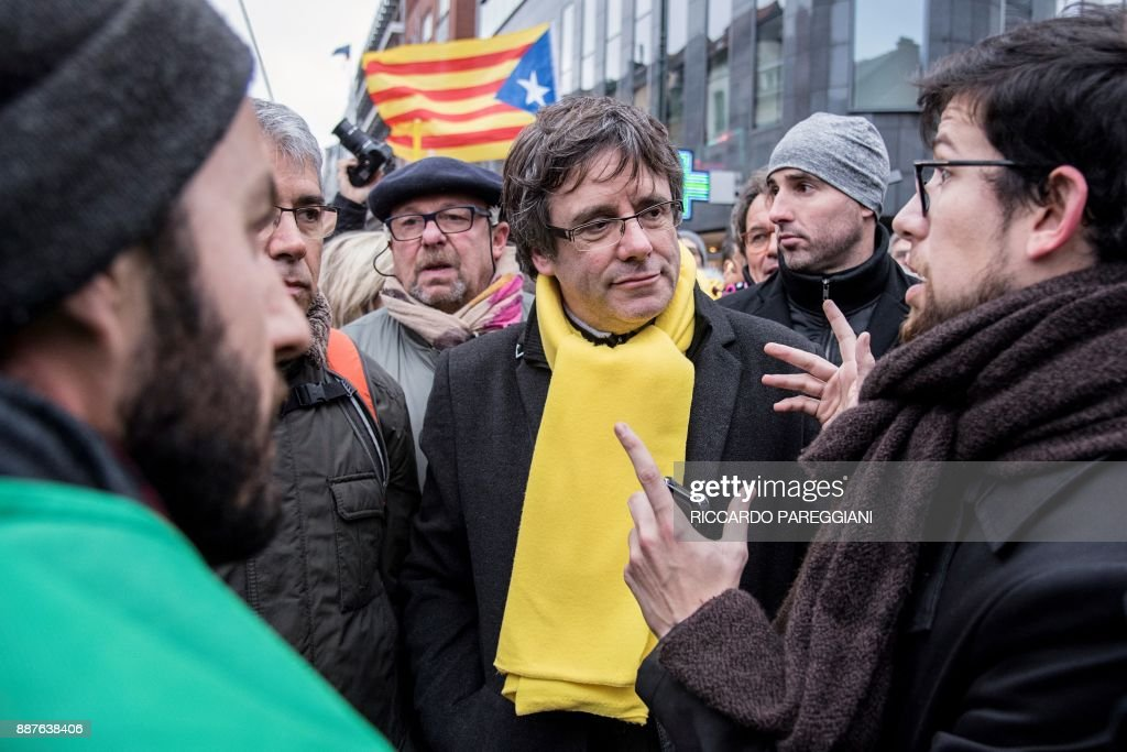 Catalonia's deposed regional president Carles Puigdemont (C) attends a pro-independence demonstration on December 7, 2017 in Brussels. A sea of around 45,000 pro-Catalonia protesters demonstrated in Brussels on December 7 to show support for the region's deposed president Carles Puigdemont and urge the EU to support its drive for independence from Spain. / AFP PHOTO / Riccardo PAREGGIANI