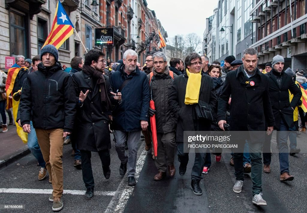 Catalonia's deposed regional president Carles Puigdemont (2ndR) takes part in a pro-independence demonstration on December 7, 2017 in Brussels. A sea of around 45,000 pro-Catalonia protesters demonstrated in Brussels on December 7 to show support for the region's deposed president Carles Puigdemont and urge the EU to support its drive for independence from Spain. / AFP PHOTO / Riccardo PAREGGIANI