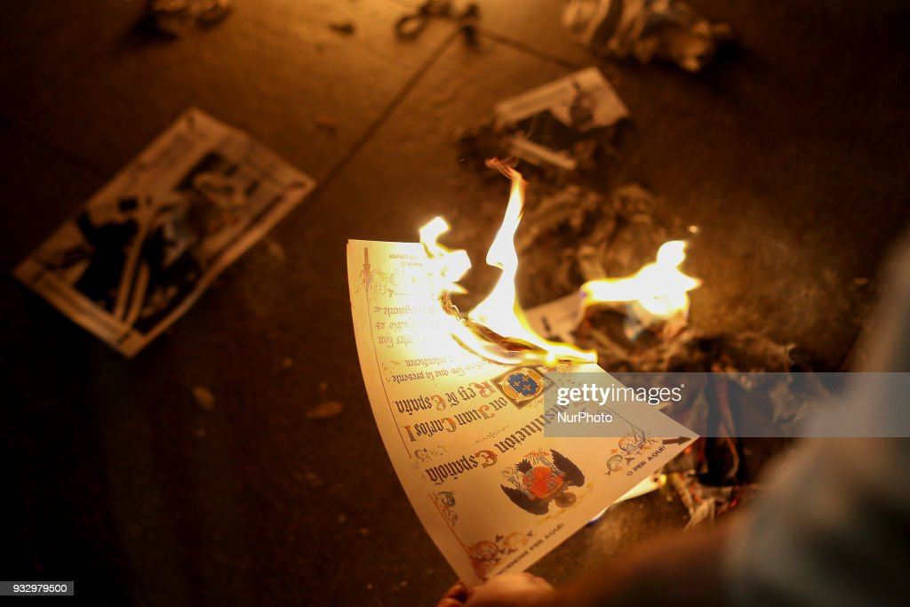 Catalans burn photos of the King of Spain