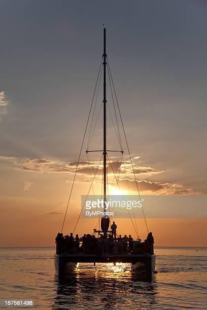 crucero en catamarán puesta del sol en el caribe - catamaran fotografías e imágenes de stock