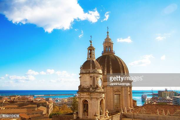 catania, sicily: old town panorama with cathedral cupola and sea - sicilia foto e immagini stock
