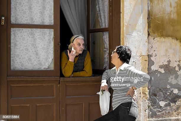 Catane en Sicile : Deux femmes discuter à ouvrir la fenêtre