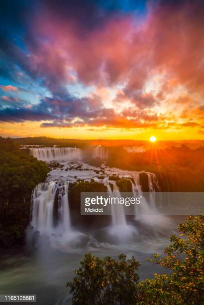 cataratas do iguaçu: iguazu waterfalls with sunset - イグアス滝 ストックフォトと画像