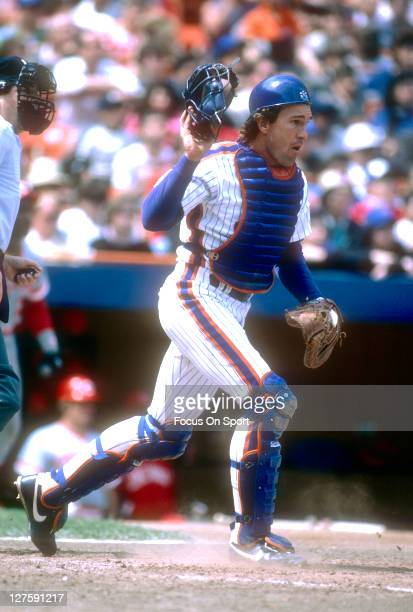 Catcher Gary Carter of the New York Mets in action against the Cincinnati Reds during an Major League Baseball game at Shea Stadium circa 1986 in the...