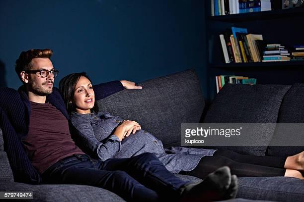 Regardant un film dans le canapé,