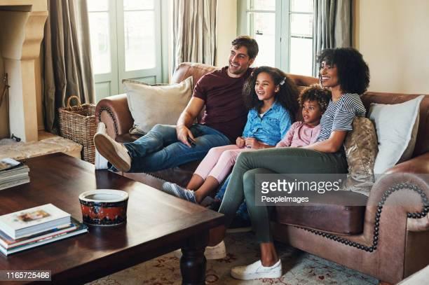 一緒に私たちのお気に入りの番組に追いつく - テレビを見る ストックフォトと画像