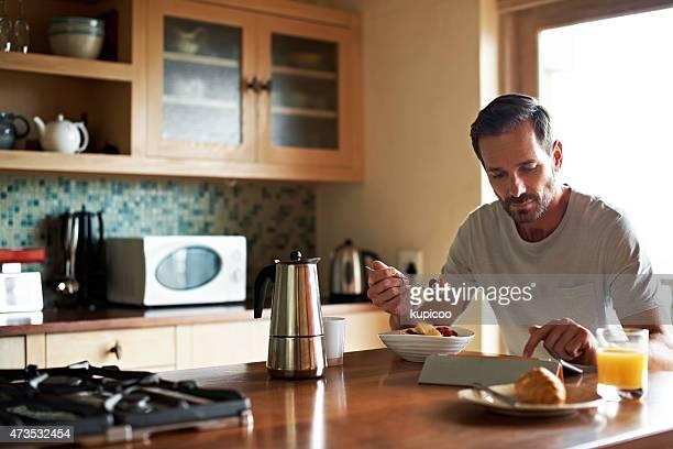 Para poners'al día con las noticias con desayuno