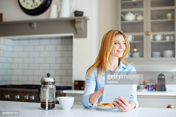 Online-Nachholbedarf bei einer Tasse Kaffee