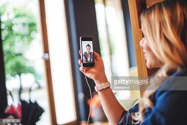 gespräch mit ihren freunden online - video call stock-fotos und bilder