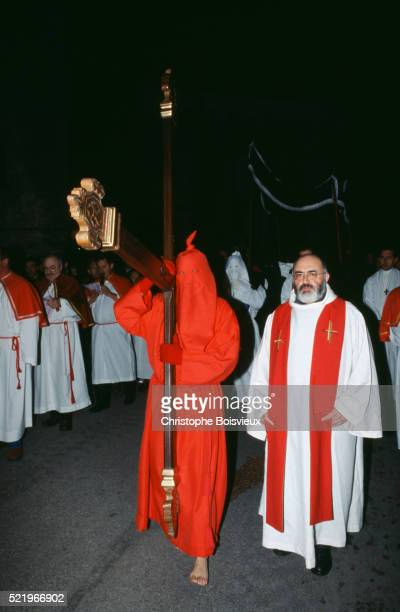 catenacciu procession on corsica - penitentes fotografías e imágenes de stock