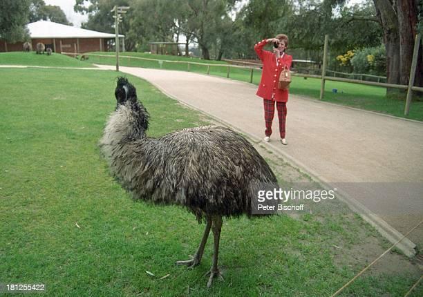 """Caterina Valente, """"Healesville Sanctuary"""" -Tierpark, Melbourne, Australien, , Emu, Tier, Tiere, Kamera, Digital-Kamera, Tasche, Handtasche, Brille,..."""
