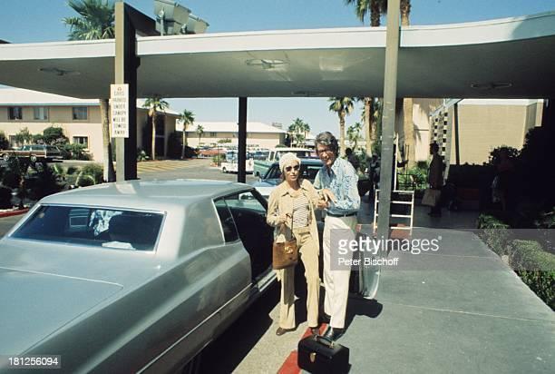 """Caterina Valente, Rudi Carrell, Club """"Congo Room"""", Las Vegas, USA, , Kopftuch, Tasche, Handtasche, Auto, Brille, Sonnenbrille, Entertainer, Musiker,..."""