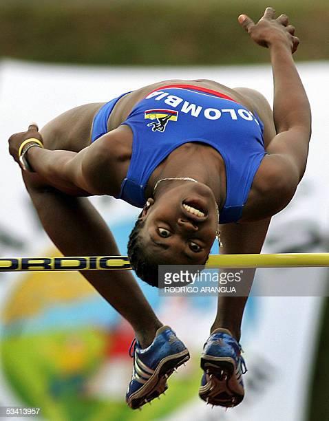 Caterine Ibarguen de Colombia realiza su prueba en salto alto para ganar la medalla de oro en los XV Juegos Bolivarianos el 18 de agosto de 2005 en...