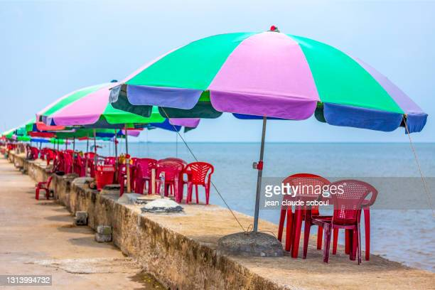 """catering tables on the """"bãi tắm thịnh long""""  beach in tam dinh province (vietnam) - ナムディン ストックフォトと画像"""