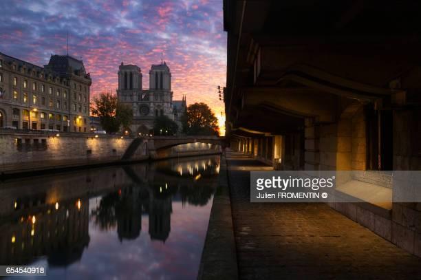 cathédrale notre-dame de paris - quayside stock pictures, royalty-free photos & images