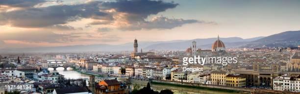 Catedral del Duomo en Florencia y el horizonte de edificios de la ciudad en Italia