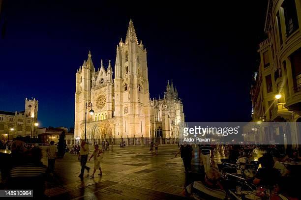 cathedral at night. - provinz leon stock-fotos und bilder