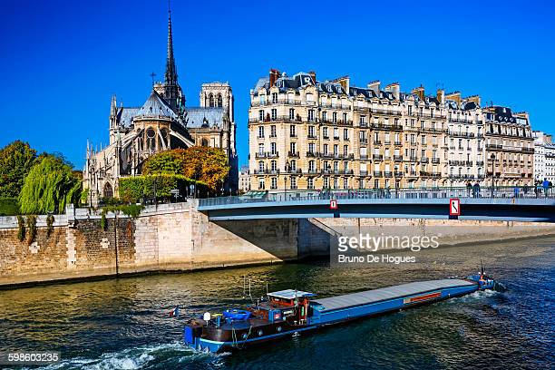 cathedral notre-dame de paris - barge stock photos and pictures
