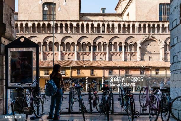 cathedral of ferrara, italy - manuel ferrara photos et images de collection