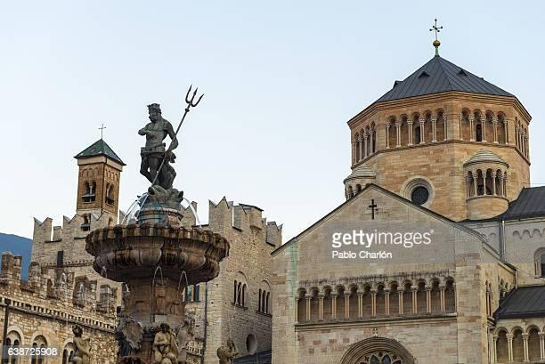 cathedral of san vigilio trento and neptune statue - trento foto e immagini stock